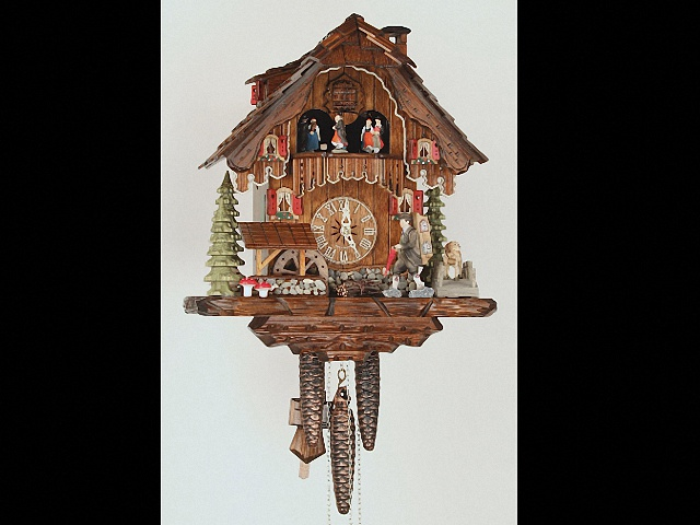 Orologio a cucù<br>Casa del taglia legno con portaorologi in movimento e la ruota del mulino si gira