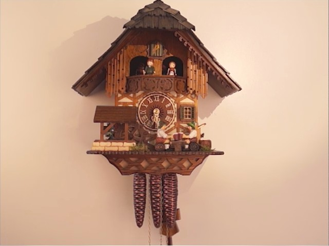 Relógio de Cuco<br>Casa da Floresta Negra com bebedor de cerveja que se move e roda de moinho